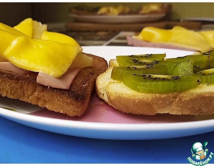 Рецепт: Тосты с вареной колбасой и ананасами
