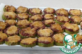 Рецепт: Кабачки, запеченные с соусом и салями