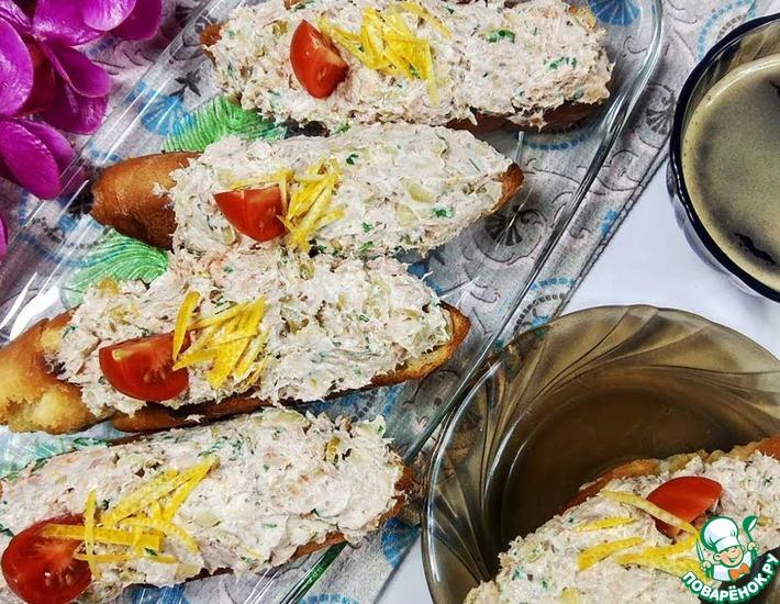Рецепт: Брускетта с тунцом, оливками и сыром