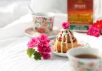 Отличное сочетание- крепкий, тёрпкий чай HYLEYS без сахара дополняет сладкую булочку Cinnabon