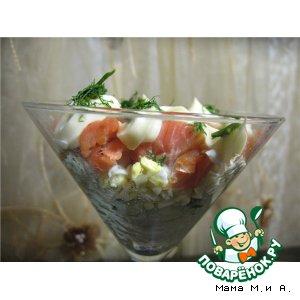 Рецепт: Слоеный салат с рисом и копченой неркой