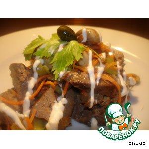 Рецепт: Салат из куриной печени с грибами и оливками