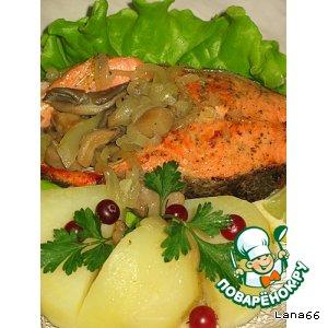 Рецепт: Форель, жаренная с грибами и солеными огурцами