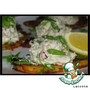Рецепт: Салат из кальмара с курицей на картофельном облаке