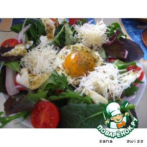 Рецепт: Зеленый салат с глазуньей
