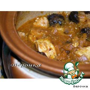 Рецепт: Курочка в горшочке под томатно-черносливовым соусом