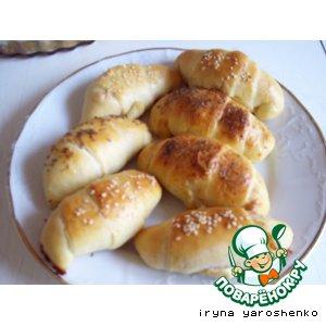 Рецепт: Дрожжевые рогалики с пикантным сыром
