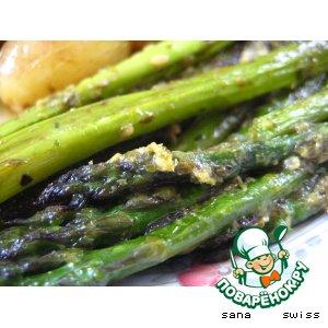 Рецепт: Зеленая спаржа с соусом песто