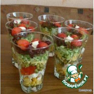 Рецепт: Слоеный салат с курицей и клубникой