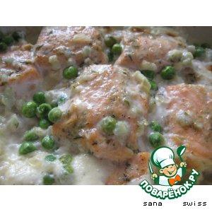 Рецепт: Семга с зеленым горошком, запеченная в сливках