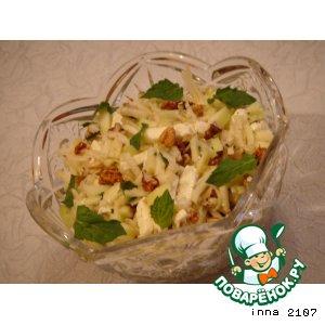 Рецепт: Салат из кольраби с яблоком и грецкими орехами