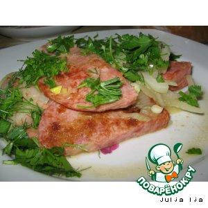 Рецепт: Жареная колбаса с луком и зеленью