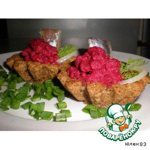 Рецепт: Хлебные тарталетки со свекольным пюре и сельдью