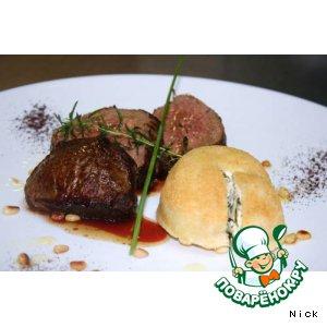 Рецепт: Ломтики говядины с гарниром из рикотты и шпината с ароматным кофе