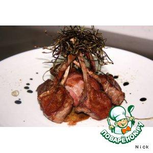 Рецепт: Каре ягненка с гарниром из помидоров черри и артишоков с сеном из баклажан