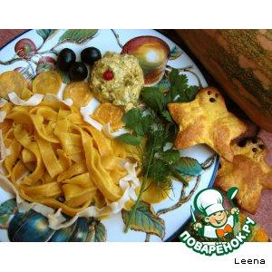 Рецепт: Лапша и хлебцы из тыквенного теста + пикантный тыквенный соус