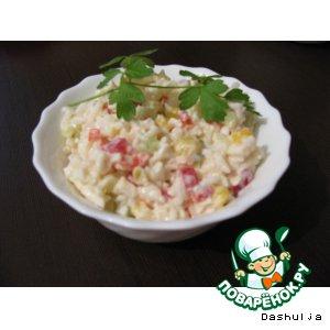 Рецепт: Салат овощной с рисом и крабовыми палочками