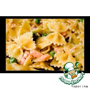 Рецепт: Фарфалле с лососем и зелeным горошком