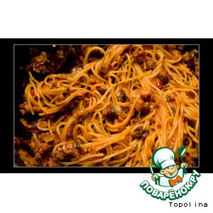 Рецепт: Спагетти с домашними колбасками и грибами