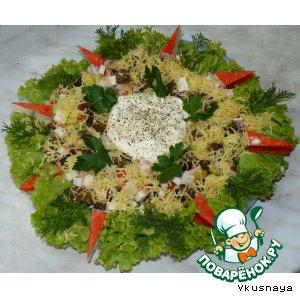 Рецепт: Салат с крабовыми палочками и гренками из черного хлеба
