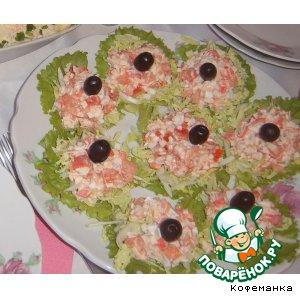 Рецепт: Салат из крабового мяса на овощной подушке
