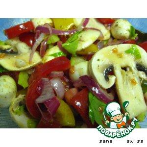 Рецепт: Овощной салат с шампиньонами и моцареллой