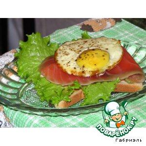 Рецепт: Тост с семгой и запеченным яйцом