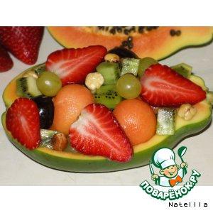 Рецепт: Фруктовый салат в лодочке из папайи