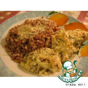 Рецепт: Тилапия, запеченная под сметанно-ананасовой шубкой