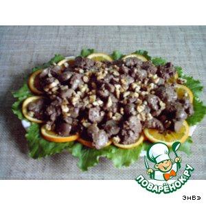 Рецепт: Теплый салат из куриной печени с орехами и апельсинами
