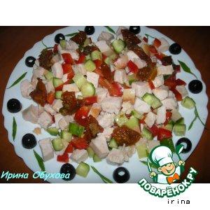 Рецепт: Салат с копченым куриным филе и вялеными помидорами