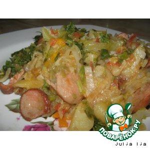 Рецепт: Тушеная капуста с картофелем и сосисками