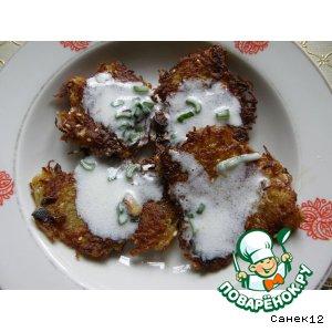 Рецепт: Деруны (драники) с кунжутом под остреньким соусом