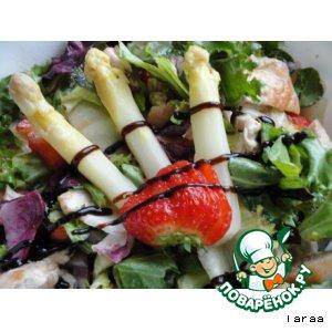 Рецепт: Салат с клубникой и спаржей
