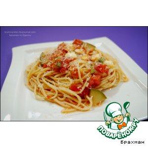 Passion for pasta. Spaghetti with zucchini, tomatoes and mozzarella