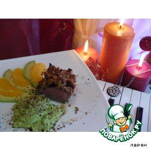 Рецепт: Стейк в ореховой панировке с соусом из авокадо