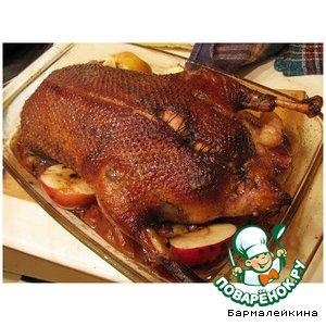 Рецепт: Медовая утка с яблоками, клюквой и черносливом