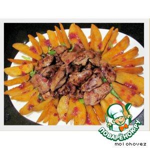 Рецепт: Тeплый салат с куриной печенью и брусничным соусом
