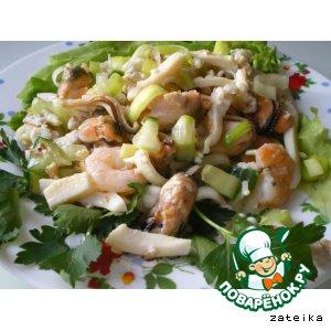 Рецепт: Салат из морского коктейля в рассоле