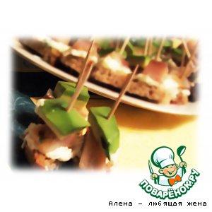 Рецепт: Канапе с сельдью и авокадо