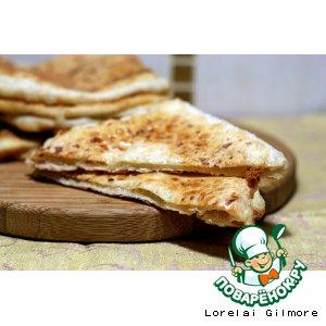 Рецепт: Дрожжевые лепешки с сыром и брынзой