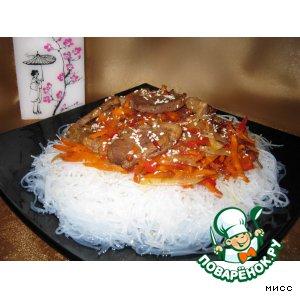 Рецепт: Горячий салат из грудок утки и фунчозы