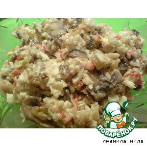 Рецепт: Салат с жареными крабовыми палочками и грибами