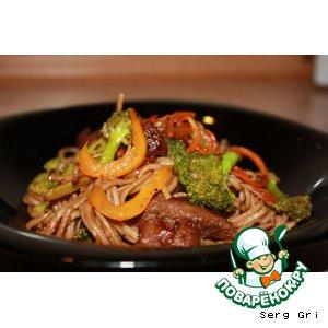 Рецепт: Гречневая лапша с говядиной и овощами