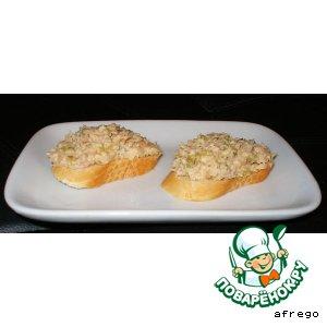 Рецепт: Бутерброд с тунцом и салат из морской капусты