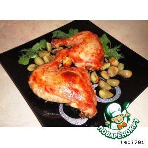 Рецепт: Куриные окорочка под томатным соусом с запеченными дольками чеснока
