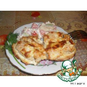 Рецепт: Куриное филе на гренке под сырно-чесночным соусом
