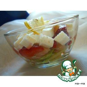 Рецепт: Салат с семгой, клубникой, авокадо