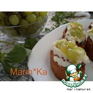 Рецепт: Кростини с козьим сыром и виноградной сальсой
