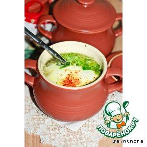 Суп в горшочке с яйцом и шпинатом